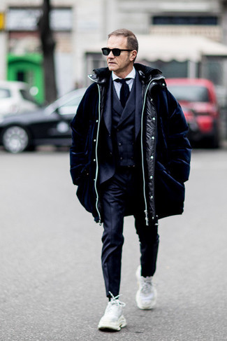 How to Wear a Navy Puffer Coat For Men: When it comes to high-octane elegance, this pairing of a navy puffer coat and a navy three piece suit doesn't disappoint. Not sure how to finish off? Complete this outfit with white athletic shoes to mix things up.