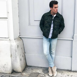 How to wear: dark green puffer jacket, white crew-neck t-shirt, light blue skinny jeans, beige leather low top sneakers