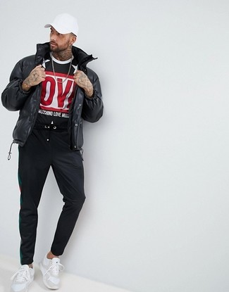 How to Wear a Black and White Print Crew-neck T-shirt In Cold Weather For Men: A black and white print crew-neck t-shirt and black sweatpants are a savvy combination to wear a variation of at the weekend. A pair of white athletic shoes looks awesome here.