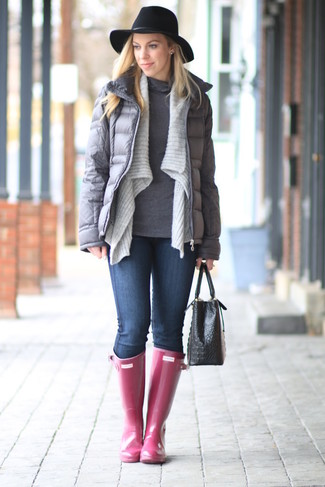 How to wear: grey puffer jacket, grey open cardigan, grey turtleneck, navy skinny jeans