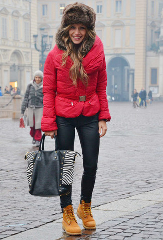 A red puffer jacket and black leather skinny jeans will give off this very sexy and chic vibe. Tan nubuck lace-up flat boots will deliver a sportier vibe to your look. Piecing together a standout combination can be a bit of a juggling act on its own. Enter extra cold temperatures into the equation, and the whole thing becomes all the more difficult. Fear not, this here is your wintry inspiration.