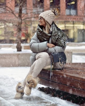 Try teaming a grey puffer jacket with beige sweatpants for a lazy day look. For something more on the daring side to complement this look, rock a pair of beige uggs. Loving how great this ensemble is to keep you snug and stylish when winter weather settles in.