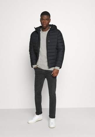 Charcoal Jeans Spring Outfits For Men In Their 20s: The formula for a killer and stylish outfit? A black puffer jacket with charcoal jeans. A trendy pair of white leather low top sneakers is an effortless way to give a dose of stylish casualness to your look. Keep this getup in your head when spring comes, and rest assured, you'll save a lot of time trying to pick out an outfit on more than one morning. Overall, a great demonstration of 20-something fashion.