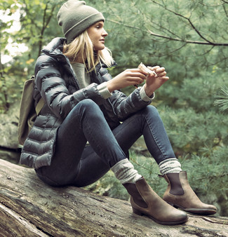 How to wear: black puffer jacket, olive sweatshirt, charcoal skinny jeans, brown suede chelsea boots