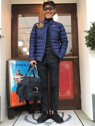 Navy Lightweight Puffer Jacket Outfits For Men: A navy lightweight puffer jacket and charcoal chinos are the kind of a never-failing look that you so terribly need when you have no extra time. Dial up your look with a pair of black suede loafers.