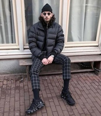 Black Beanie Outfits For Men: Why not consider pairing a black puffer jacket with a black beanie? Both of these pieces are totally practical and will look nice teamed together. When it comes to footwear, complete this ensemble with a pair of black athletic shoes.