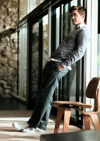 Pull a col rond gris chemise a manches longues blanche pantalon de costume gris fonce large 6805