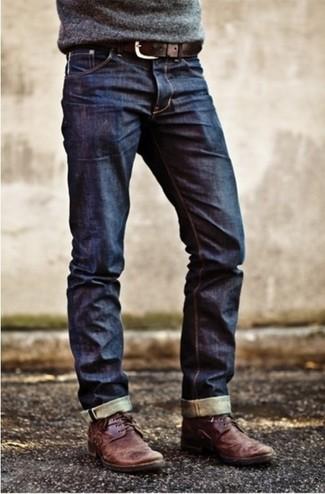 Associer un pull à col rond gris avec un jean bleu marine est une option confortable pour faire des courses en ville. Cette tenue est parfait avec une paire de des bottines chukka en cuir bordeaux.