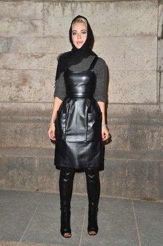 Un pull à col rond gris et une écharpe noire Helmut Lang communiqueront une impression de facilité et d'insouciance. Transforme-toi en bête de mode et fais d'une paire de des cuissardes en cuir noires ton choix de souliers.