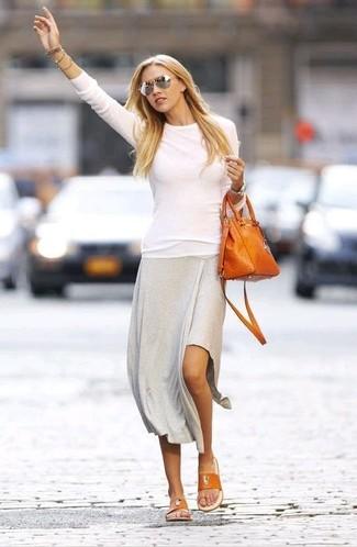 Pour une tenue de tous les jours pleine de caractère et de personnalité choisis un pull à col rond blanc et une jupe mi-longue grise. Si tu veux éviter un look trop formel, fais d'une paire de des tongs en cuir orange femmes Sam Edelman ton choix de souliers.