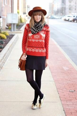 Comment porter: pull à col rond en jacquard rouge, minijupe noire, baskets basses pailletées dorées, cartable en cuir tabac