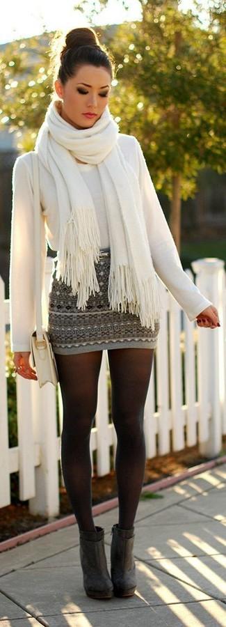 Pense à porter un pull à col rond blanc et une minijupe en jacquard grise pour une impression décontractée. Une paire de des bottines en daim grises foncées est une façon simple d'améliorer ton look.