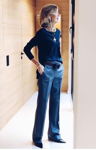 Essaie d'harmoniser un pull à col rond bleu marine avec un pantalon de costume bleu marine pour un look de tous les jours facile à porter. Jouez la carte classique pour les chaussures et assortis cette tenue avec une paire de des escarpins en cuir noirs.