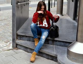 Essaie de marier un pull à col rond imprimé rouge et blanc avec un jean skinny déchiré bleu pour une tenue relax mais stylée. Cet ensemble est parfait avec une paire de des bottines plates à lacets en daim marron clair.