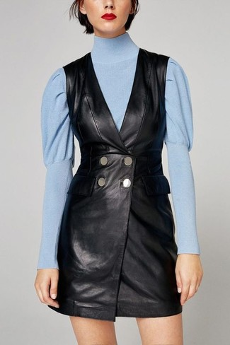 Harmonise une robe smoking noire Missguided avec un pull à col roulé bleu  clair pour voler b4a4826cae4c
