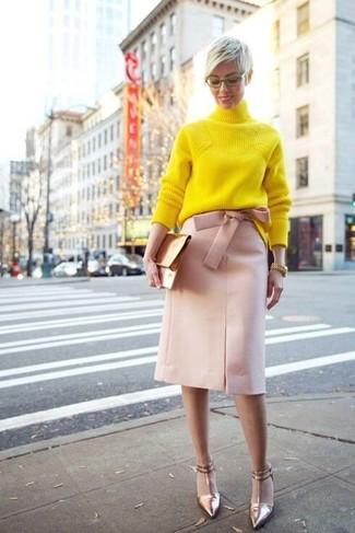 Fais-toi remarquer parmi les autres civils stylés avec un pull à col roulé en tricot jaune et une pochette en cuir dorée Saint Laurent. Assortis ce look avec une paire de des escarpins en cuir dorés.