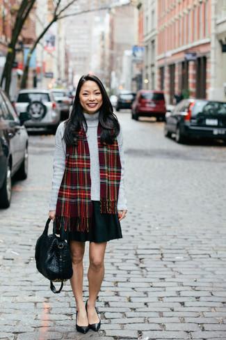 Essaie de marier un pull à col roulé gris avec une jupe patineuse noire et tu auras l'air d'une vraie poupée. Apportez une touche d'élégance à votre tenue avec une paire de des escarpins en cuir noirs.