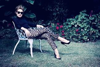 Pull a col roule noir pantalon slim imprime leopard marron clair escarpins en cuir noirs large 1102