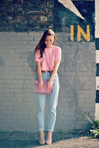 4cd0b1792d778 ... Garde une tenue relax avec un pull à manches courtes rose et un jean  boyfriend bleu