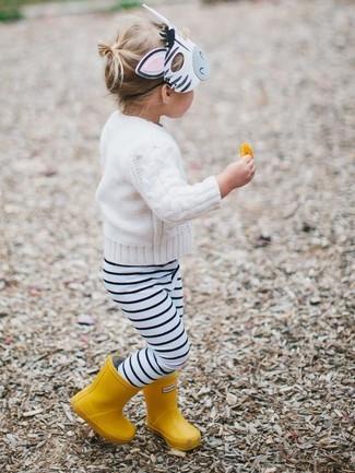 Tenue: Pull blanc, Leggings à rayures horizontales blancs et noirs, Bottes de pluie jaunes