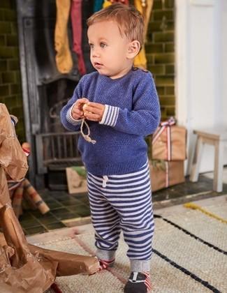Tenue: Pull bleu marine, Pantalon de jogging à rayures horizontales bleu marine