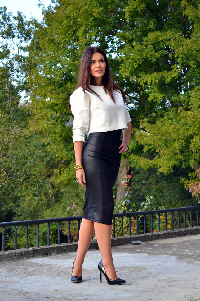 Tenue  Pull court blanc, Jupe mi-longue en cuir noire, Escarpins en cuir  noirs, Montre dorée   Mode femmes fee474fbfb70