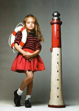 Tenue: Pull à rayures horizontales rouge, Jupe rouge, Chaussures richelieu en cuir noires, Chaussettes blanches