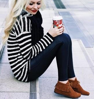 Choisis pour le confort dans un pull surdimensionné à rayures horizontales blanc et noir et une écharpe noire femmes Helmut Lang. Rehausse cet ensemble avec une paire de des bottines chukka en daim tabac.