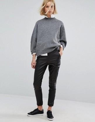 Fais-toi remarquer parmi les autres civils stylés avec un pull surdimensionné gris et un pantalon slim en cuir noir. Pourquoi ne pas ajouter une paire de des baskets basses en cuir noires Versus à l'ensemble pour une allure plus décontractée?