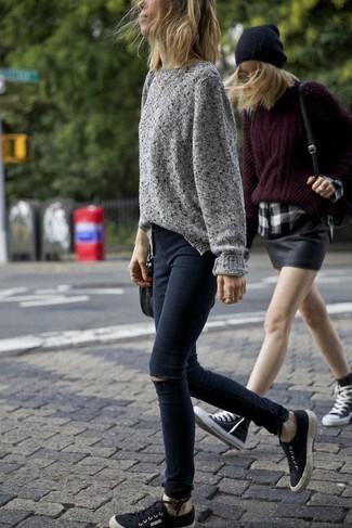 Affiche ton côté espiègle avec un pull surdimensionné en tricot gris et un jean skinny déchiré noir. Une paire de des baskets basses en toile noires Toms est une option astucieux pour complèter cette tenue.