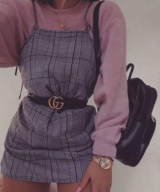 72e1442fcd53 Comment porter Montre dorée Kenzo. Choisis pour le confort dans un pull  surdimensionné en tricot rose et une montre dorée.