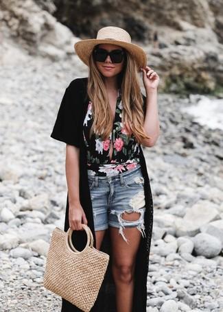 Cómo combinar: quimono negro, bañador con print de flores negro, pantalones cortos vaqueros desgastados celestes, bolsa tote de paja marrón claro
