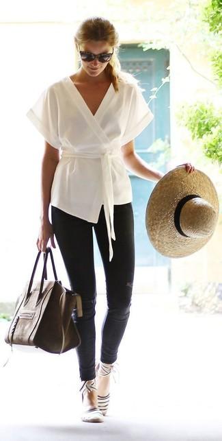 Cómo combinar: quimono blanco, vaqueros pitillo desgastados negros, bolso de hombre de cuero en marrón oscuro, sombrero de paja en beige