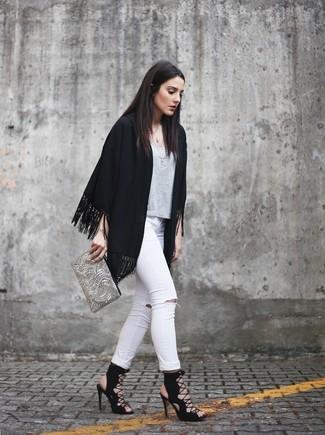 Cómo combinar: quimono сon flecos negro, camiseta con cuello circular gris, vaqueros pitillo desgastados blancos, sandalias romanas de ante negras