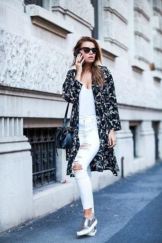 Cómo combinar: quimono con print de flores en negro y blanco, camiseta con cuello en v blanca, vaqueros pitillo desgastados blancos, vaqueros pitillo blancos