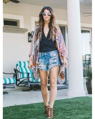 Cómo combinar: quimono con estampado geométrico en multicolor, camiseta sin manga negra, pantalones cortos vaqueros desgastados azules, sandalias de tacón de cuero marrónes