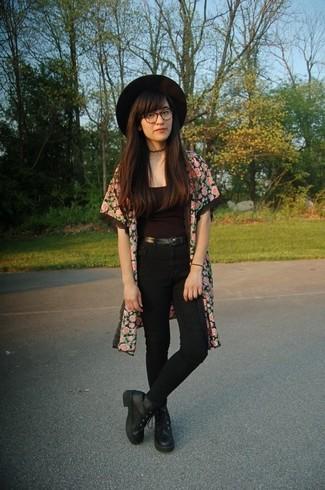Cómo combinar: quimono con print de flores rosado, camiseta sin manga negra, vaqueros pitillo negros, botas planas con cordones de cuero negras