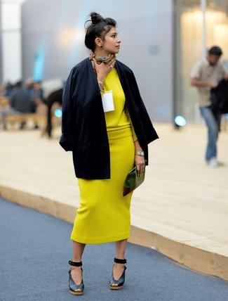 Cómo combinar: quimono negro, jersey con cuello circular amarillo, falda midi de punto amarilla, sandalias con cuña de cuero negras