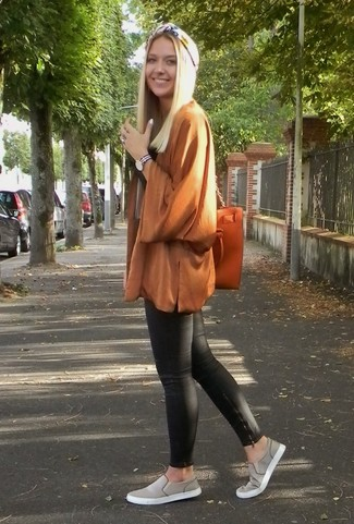 Cómo combinar: quimono marrón, pantalones pitillo de cuero negros, zapatillas slip-on grises, bolsa tote de cuero naranja