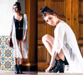 Para un atuendo que esté lleno de caracter y personalidad equípate un quimono de encaje blanco con un mono corto negro. Dale onda a tu ropa con botines de cuero negros.