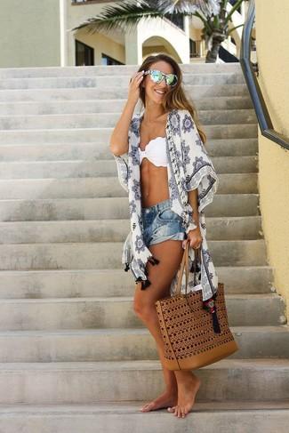 Cómo combinar: quimono estampado blanco, top de bikini blanco, pantalones cortos vaqueros azules, bolsa tote de cuero en tabaco