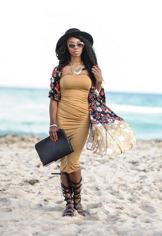 Cómo combinar: quimono con print de flores negro, vestido ajustado marrón claro, sandalias romanas altas de cuero negras, cartera sobre de cuero negra