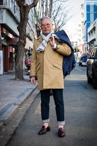 How to Wear Socks For Men: This combo of a tan raincoat and socks is perfect for off-duty days. If you wish to effortlessly perk up this outfit with shoes, why not choose a pair of burgundy leather tassel loafers?