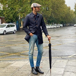 Flat Cap Outfits For Men: A navy raincoat and a flat cap are essential in any guy's well-coordinated casual sartorial arsenal. Bump up the classiness of your outfit a bit by wearing a pair of black leather chelsea boots.