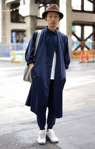 How to Wear Navy Sweatpants For Men: A navy raincoat and navy sweatpants are a favorite casual combo for many style-savvy guys. When not sure about what to wear in the footwear department, add white leather low top sneakers to the equation.