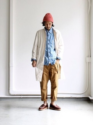 How to wear: beige raincoat, light blue denim shirt, white crew-neck t-shirt, khaki chinos