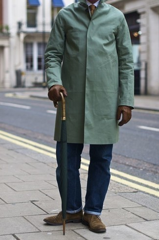 How to Wear a Tan Tie For Men: A mint raincoat and a tan tie make for the ultimate stylish ensemble. To give this look a more relaxed feel, why not complete this getup with a pair of tan suede desert boots?