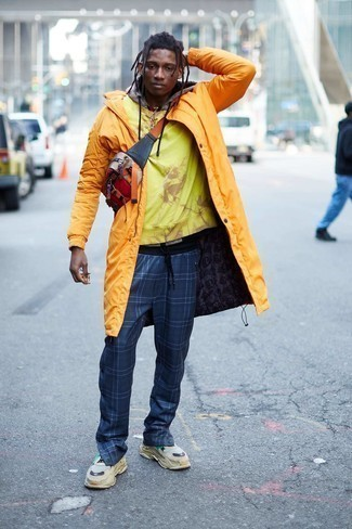 Mustard Raincoat with Pants Outfits For Men: A mustard raincoat and pants are a good pairing that will carry you throughout the day. Complete this ensemble with a pair of beige athletic shoes and the whole outfit will come together.