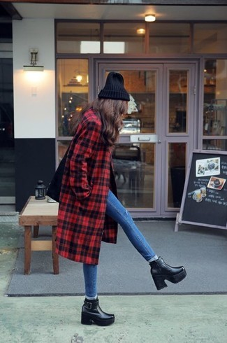 This combo of a red plaid coat and blue skinny jeans is a safe bet for an effortlessly cool look. Black leather ankle boots are a wonderful choice to complete the look.