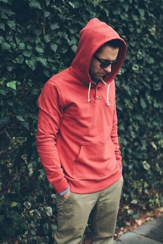 A red hoodie and Lrg Socialites Chino Pant is a nice pairing to add to your styling repertoire. This one is a great idea when it comes to piecing together a well-coordinated getup for transeasonal weather.